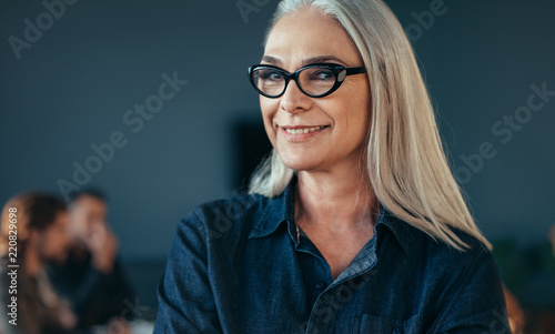 Leinwanddruck Bild Smiling mature business woman in office