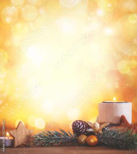Weihnachtliche Dekoration mit leuchtenden Hintergrund und brennender Kerze