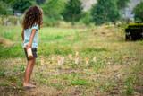 une petite fille de dos qui joue au Mölkky - 220870826