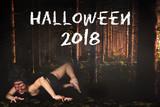 weiblicher gruseliger Zombie im Wald und Aufschrift