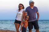 Famiglia si diverte al mare - 220968696