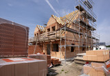 Neubau und Rohbau von einem Haus - 220979413