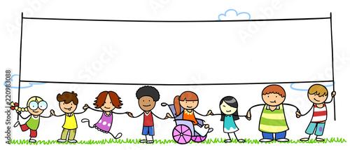 Gruppe Kinder hält leeres Banner als Team - 220983088