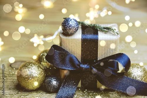 Leinwanddruck Bild Weihnachtsgeschenk im goldenen Lichterglanz