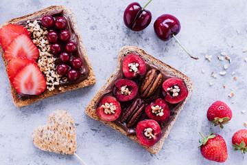 Ausgewogener Snack - Vollkornbrot mit frischen Früchten, Nüssen und Schokocreme 05