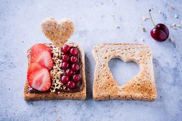 Ausgewogener Snack - Vollkornbrot mit frischen Früchten, Nüssen und Schokocreme 03