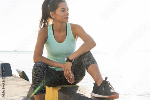 sport i styl życia koncepcja - kobieta odpoczynku po uprawianiu sportów na świeżym powietrzu