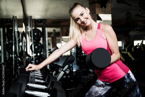 Junge Frau im Fitness-Studio, Training mit Hanteln  - 221036607