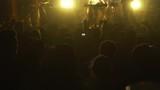 Público aplaude a su banda en concierto. - 221068287