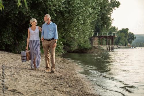 Leinwanddruck Bild Walks and talks by the river