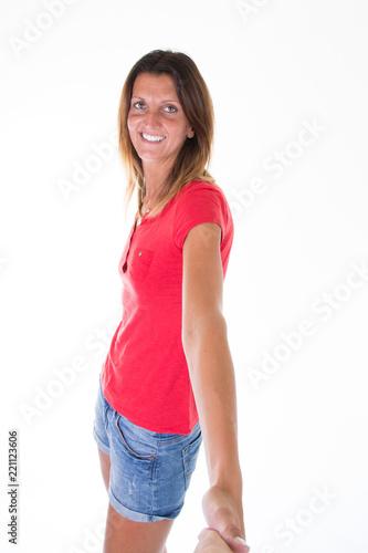 Piękna dysponowana ładna brunetki dziewczyna odizolowywająca dalej nad białym tłem
