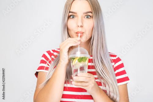 Zdrowie, ludzie, jedzenie, sport, styl życia i piękno treści - uśmiechnięta młoda kobieta ze szklanką wody z cytryną