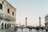 Touristen auf dem Markusplatz in Venedig  - 221179805
