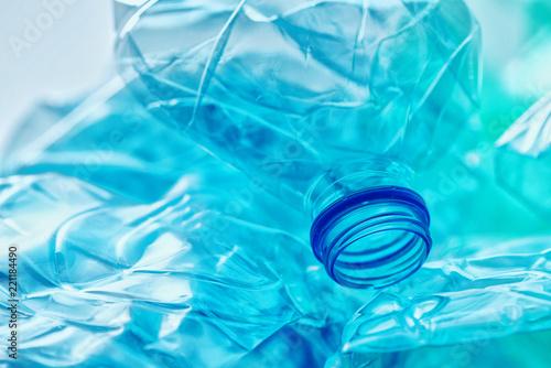 Zgnieciony stertą plastikowych butelek