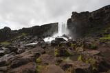 Cascada en el parque de Thingvellir en Islandia - 221187663