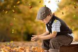 trauriges Kind sitzt auf einem Koffer - Herbst - 221266690