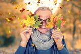 lachen und Spaß haben im Herbst - 221266850