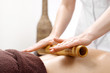 Leinwanddruck Bild - Masaż bambusowy. Masażysta masuje ciało przy użyciu bambusowych kijów.