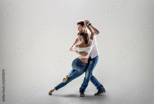 couple dancing social danse - 221290874