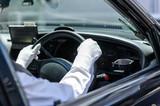 ハンドルを握るタクシードライバー - 221319620