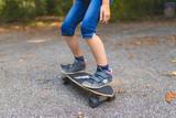 Ein Kind skatet auf einem Longboard, Detailaufnahme