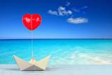 Papierboot mit Herz am Meer - 221411623