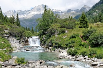 paesaggio fiumr montagna natura acqua riva parco alberi verde prato erba