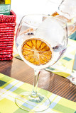 Calice con bevanda guarnito con una fetta d'arancia disidratata