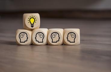 Würfel mit Idee Glühbirne Teamwork © Stockwerk-Fotodesign