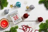 weihnachtliche Dekoration und Abreißkalender mit dem 26.12.2018 auf weißem Holzuntergrund