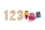 Zahlen 123 und Symbole für Schulanfang auf weißem Hintergrund
