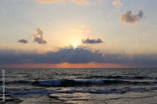 Foto Murales Солнце садится за горизонт и кончается день