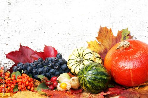 Leinwanddruck Bild Autumn decoration, Herbst, Herbstdekoration, Herbstdeko, Kürbis, Weintrauben, Blätter, Textraum, copy space