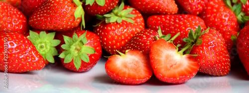 Banner, rote leckere Erdbeeren auf weißen Hintergrund - 221603450