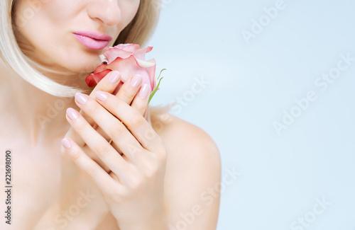 Leinwandbild Motiv Frau mit perfekter Maniküre zeigt Hand und Fingernägel