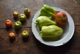 Plato vintage con pimientosy tomate de la huerta - 221720252