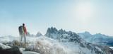 Wanderer in Winterlicher Berglandschaft - 221728216