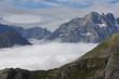 Paysage de nuage bloqués dans les montagnes l'été - 221784460