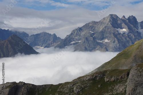 Foto Murales Paysage de nuage bloqués dans les montagnes l'été