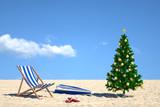 Winterurlaub mit Weihnachtsbaum am Strand