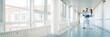 Leinwanddruck Bild - Drei Ärzte im Flur von Krankenhaus unterhalten sich kurz