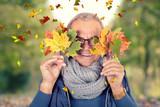 gelassener und fröhlicher Rentner im Herbst - 221843633