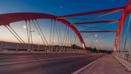 Czerwona konstrukcja mostu na tel niebieskiego nieba © Michal45