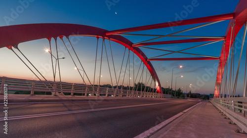 Czerwona konstrukcja mostu na tel niebieskiego nieba