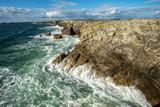 les côtes sauvage de Bretagne face aux vagues déchaînées et une mer bleues - 221892496