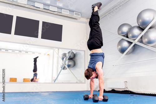 Młody mięśniowy mężczyzna robi crossfit ćwiczy w gym