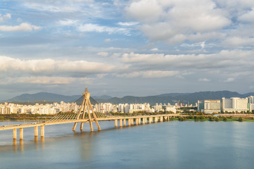 Amazing view of Olympic Bridge over the Han River, Seoul © efired