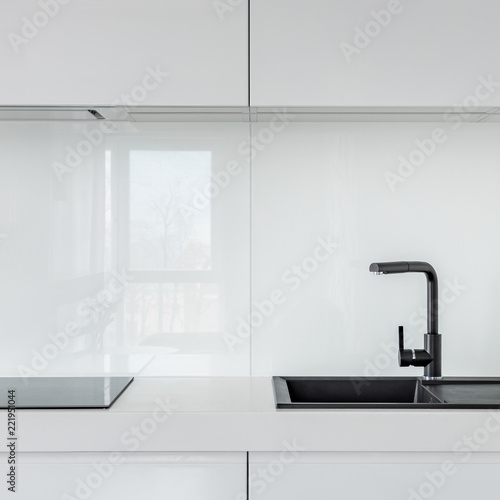 Biała kuchnia z czarnym umywalką