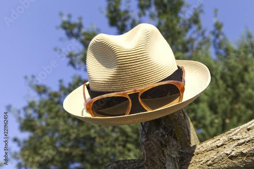 Letni kapelusz z okulary przeciwsłoneczne i kapelusz rondo