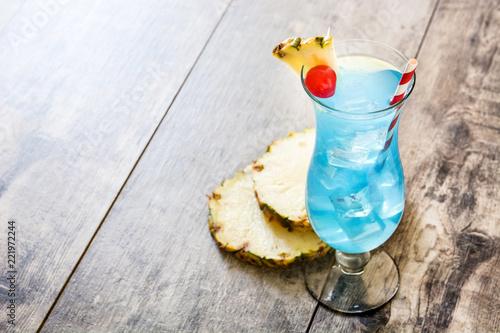 Błękitny Hawajski koktajl na drewnianym stole. Copyspace